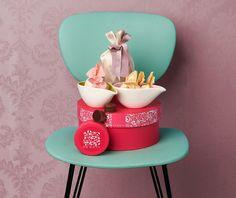 La scatola rotonda di colore rosa custodisce buonissime delizie.
