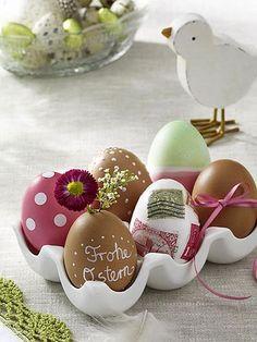 Ovos de Páscoa decorados com tinta, flor e laço | Eu Decoro