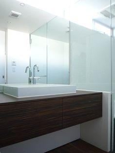 ハイサイドの窓は、バスルーム、洗面所、トイレを横断。ガラス+鏡+白壁の威力は絶大で、家の最北端に位置しながらこの明るさ。昼間はほとんど電気を点ける必要がありません。