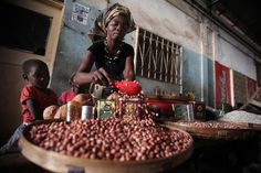 A woman selling beans at a local market in Chimoio, Mozambique. FAO project boosting agricultural production and market linkages for small-holder farmers to counter soaring food prices. Food Security, Sustainable Food, School Programs, Free Activities, New Details, Cheap Meals, Let It Be, Farmers, Homestead