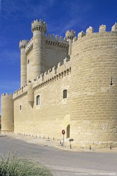 Castillo de Fuensaldaña. Valladolid Chateau Medieval, Medieval Castle, Great Places, Places To Visit, Monuments, Ancient Buildings, Castle Ruins, Beautiful Castles, Fortification