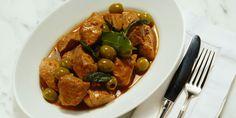 ROTI DE VEAU AUX OLIVES (Pour 4 P : 1 rôti de veau de 1 kg, 250 g d'olives vertes, 800 g de tomates, 2 gousses d'ail, 2 oignons, 5 cl de vin blanc, 4 c à s d'huile, 1 bouquet garni, 1 pincée de sucre, sel, poivre)