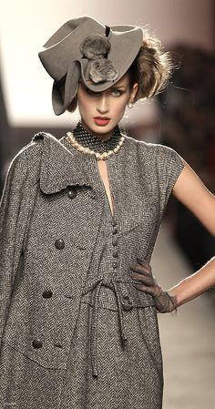 Raffaella Curiel-squished side style umm yes please Beauty And Fashion, Look Fashion, Fashion Details, High Fashion, Womens Fashion, Fashion Design, Fashion Hats, Dress Fashion, Street Fashion
