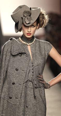 Raffaella Curiel - oh, I would love to see this worn at the races, perfect as it is or worn with some green gloves...
