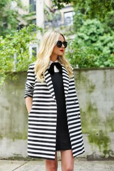 beautiful coat and perfect outfit! White Fashion, Love Fashion, Fashion Models, Fashion Trends, Stripes Fashion, Fashion Designers, Fashion News, Runway Fashion, Mode Style