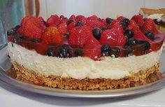 Joghurt-Sahne-Torte mit frischen Früchten (Beeren)