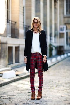 Like plaids, tartans are usually worn for a preppy outfit or a scarf but you can wear it elsewhere. Here are 7 chic and stylish ways to wear tartan clothes. Red Plaid Pants, Plaid Pants Outfit, Tartan Plaid, Checkered Trousers, Burgundy Pants, White Plaid, Black Pants, Slim Pants, Skinny Pants