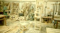 Una mirada en el espacio donde trabajamos, gracias por su confianza. #vintage #rustic #retro #mobiliario #sillas #salas #taller