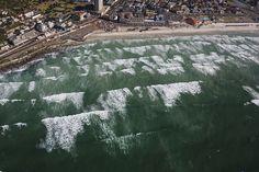 Полетаем на Кейптауном! - Планета Вода     А это уже Muizenberd. Тут всегда длинные сильные волны и много серверов. Иногда их пробуют на зуб большие белые акулы.