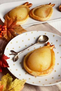 Pretty and gourmet chocolate pear puffs - Dessert Recipes Köstliche Desserts, Dessert Recipes, Seared Salmon Recipes, Rock Recipes, Oven Recipes, Food Tags, Skirt Steak, Delicious Fruit, Chocolate Recipes