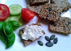 Vyrobte si doma tuhle zdravou dobrotu plnou energie - žádný lepek, žádná vejce, jen skvělá oříšková chuť. Vegan Bread, Buckwheat, Crackers, Healthy Recipes, Healthy Food, Dip, Seeds, Low Carb, Fitness