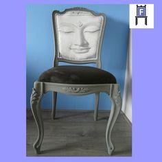 Barok eetkamerstoel. Volledig gerestaureerd en mat grijs geschilderd. Bekleed met een mooie suede achtige meubelstof en een foto van een boedha (www.fotovintage.nl).