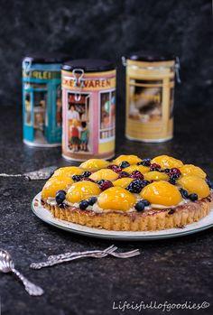 Obstkuchen wie früher. Mit einem fluffigen und weichen Biskuit, leckeren, süßen Dosenpfirsichen und einer köstlichen Vanillecreme.