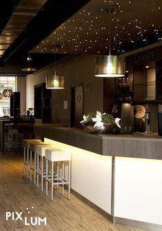 Ob ein Restaurant oder eine Bar zu unserem Lieblingslokal wird, entscheiden nicht nur gutes Essen und tolle Drinks. Auch Design und Lichtkonzept können eine Menge dazu beitragen, dass es auf unserer Beliebtheitsskala steil nach oben klettert. Denn Licht inszeniert einen Raum, wie kaum ein anderes Gestaltungsmittel. Es schafft Atmosphäre, lenkt unseren Blick und sorgt durch die Auswahl der passenden Lichtfarbe und Lichtintensität dafür, dass wir uns in einem Raum ganz besonders wohl fühlen.