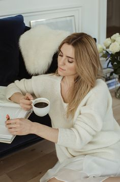 Make Life Easier Minimal Fashion, Timeless Fashion, Celebrity Jeans, Carolyn Bessette Kennedy, Coffee Girl, Love Your Hair, French Chic, Classic Chic, Elegant Outfit