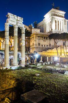 Fórum de César, construído entre os séculos I a.C. e II d.C., com as colunas do Templo de Vênus Genetrix à frente e Monumento a Vitor Emanue...