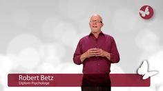 Der Diplom-Psychologe Robert Betz zählt zu den erfolgreichsten Lebenslehrern und Seminarleitern im deutschsprachigen Raum. Auf seinen Veranstaltungen begeistert er jährlich über 30.000 Menschen. Seine Bücher Raus aus den alten Schuhen!, Wahre Liebe lässt frei! und So wird der Mann ein Mann! gehören zu den Bestsellern der Lebenshilfe-Literatur.   #13 #Befreie #Deiner #dich #Vergangenheit #von