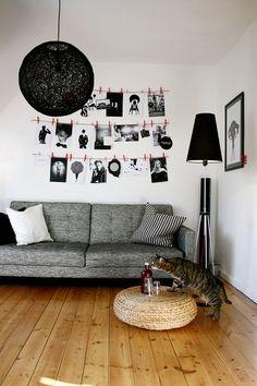 """Nun sind die Rahmen an der Säule angebracht. Stattdessen hängen allerhand meiner Schwarzweißfotos im Wohnzimmer """"zum trocknen"""" :wink: Die Hängelampe aus der Küche (die ihr glaub ich sowieso noch nicht kennt :wink: ) hängt jetzt auch im Wohnzimmer."""