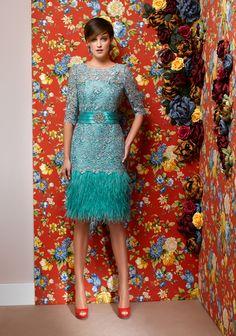 Vestido turquesa de plumas.