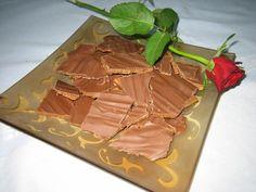 Herkuttelijan Daim-suklaa Baked Goods, Candy, Baking, Tableware, Food, Diy, Dinnerware, Bricolage, Bakken