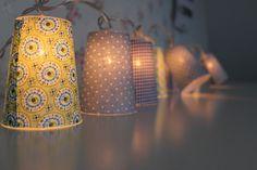 Lichterkette mit 10 Leuchten und niedlichen mit Stoff bezogenen Lampenschirmchen.  Es ist ein wunderbares Geschenk, super für gemütliche Abende oder einfach als romantische Innenbeleuchtung.  Die Lampenschirme sind ca. 10cm hoch und haben einen Durchmesser von ca. 7,5cm. Die Lichterkette hat einen Schalter zur leichten Bedienung. Einstrang-Version, Lampen klar, Kabel transparent, inklusive Ersatzlämpchen.