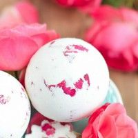 All these 12 DIY Bath Bomb Recipes - Super Simple Ideas are budget friendly and less time taking so that you can enjoy both making and trying them.The first one that we have here is a donut bath bomb that looks exactly lik Shanty 2 Chic, Bubble Bath Bomb, Homemade Bath Bombs, Bath Bomb Recipes, Dried Rose Petals, Birthday Diy, Diy On A Budget, Gifts For Teens, Diy Gifts