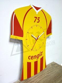 Galatasaray fanatiklerine özel forma tasarımlı kişiye özel isim ve numara yazdırılabilen MDF ahşap duvar saati.