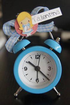 mini despertador decorado no tema Alice no país das maravilhas. Uma graça de lembrancinha e muito útil!! Consulte outros produtos da linha Alice, como convite, forminhas de doces, tags/toppers de cupcake, rótulos de água, bandeirinha de canudinho R$ 20,01