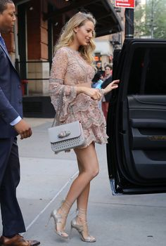Blake Lively has legs for days on her beautiful NYC trip - .Blake Lively has legs for days during her beautiful NYC trip - pin for later: Blake Lively has days with - beine blake Blake Lively Outfits, Style Blake Lively, Mode Blake Lively, Blake Lively Hair, Blake Lively Wedding Dress, Blake Lively Fashion, Gossip Girls, Gossip Girl Outfits, Gossip Girl Fashion