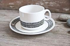 Handbemalte Vintage Teetasse & Unterteller Set von RoomforEmptiness, €28.00