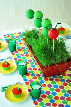Do you want a colorful birthday party for your little one? Find awesome inspiration in these Very Hungry Caterpillar party ideas. Birthday Table, Mom Birthday Gift, First Birthday Parties, First Birthdays, Birthday Ideas, 2nd Birthday, Book Theme Centerpieces, Birthday Centerpieces, Centerpiece Ideas
