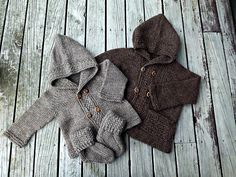 Perfect for an advanced beginner or intermediate knitter, this cozy little coat is knit seamlessly from the top down for the hoodless version and with just one seam at the top of the hood for the hooded version (a seamless hood solution is suggested). Baby Knitting Patterns, Baby Cardigan Knitting Pattern Free, Baby Boy Knitting, Coat Patterns, Knitting For Kids, Baby Patterns, Baby Knits, Knit Baby Pants, Knit Baby Sweaters