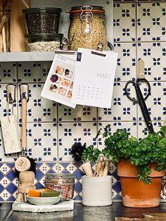 ATELIER RUE VERTE , le blog: Décorer et désencombrer sa cuisine sans percer les murs Crochet Metal, Rue Verte, Small Studio, Joy, Lettering, Totalement, Studio Ideas, Kitchens, Home Decor