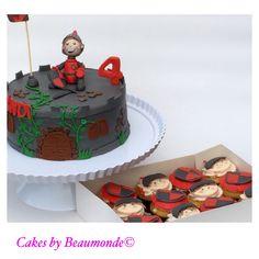 Riddertaart met bijpassende cupcakes met een ridderhoofdje en (gebogen) schildjes