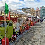 Itálie v Plzni. Stánky s lokálními gastronomickými produkty obsadily náměstí Republiky Cannoli, Loki, Street View, Italia, Curls