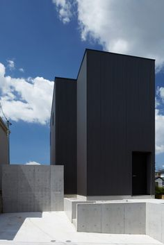 Named 'Black Box', the family house designed by architecture studio TakaTina features an industrial black exterior and surprisingly bright interior. Black Architecture, Modern Architecture Design, Japan Architecture, Scandinavian Architecture, Facade Design, Black Box, Steel Cladding, Stucco Homes, Box Houses