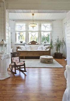 Kaunis vanha puusohva olohuoneessa - Etuovi.com Sisustus
