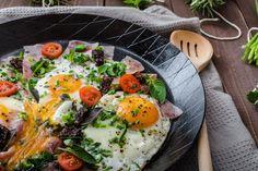 Śniadania białkowo-tłuszczowe - czy są lepsze od tych węglowodanowych? Poznaj wady i zalety śniadań białkowo-tłuszczowych i zdecyduj.