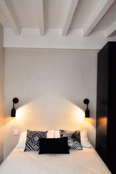 Poutres blanches et mobilier noir pour cette petite chambre. Plus de photos sur Côté Maison. http://petitlien.fr/7fci