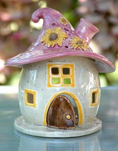 This little pottery fairy house could not be cuter! This little pottery fairy house could not be cuter! The post This little pottery fairy house could not be cuter! appeared first on Salzteig Rezepte. Ceramics Projects, Clay Projects, Clay Crafts, Diy And Crafts, Pottery Houses, Ceramic Houses, Clay Houses, Earthenware Clay, Ceramic Clay