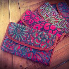 Nuevas carteras Nich de Piel, bordadas por Tonik, Navenchauc, Chiapas. Disponibles en Corazon Artesanal Mai