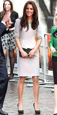 Kate Middleton is quietly redefining mom style. Steal her style secrets and dupe them on a budget with these five rules of Kate Middleton style. Moda Kate Middleton, Looks Kate Middleton, Princesse Kate Middleton, Kate Middleton Photos, Princesa Kate, Lace Dresses, Short Dresses, Pantyhosed Legs, Estilo Real