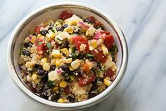 검은콩, 퀴노아, 옥수수, 토마토, 할라피뇨를 넣은 퀴노아 샐러드