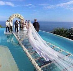 Passarela de vidro sobre piscina