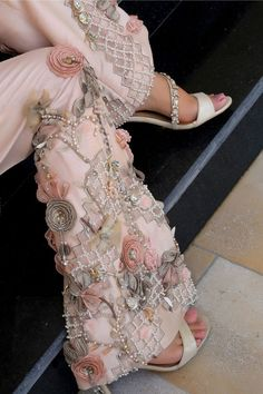 Online Pakistani Clothes, Salwar Kameez Online & Indian Dresses – Henna Mehndi Source by clothes pakistani Desi Wedding Dresses, Pakistani Formal Dresses, Pakistani Fashion Casual, Pakistani Wedding Outfits, Pakistani Bridal Dresses, Pakistani Dress Design, Indian Dresses, Pakistani Mehndi Dress, Pakistani Clothes Online