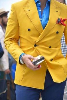 This outfit creates a split-complementary colour scheme according to a CMY colour wheel, yet creates a triad colour scheme when referring to a RYB colour wheel.