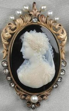 Brooch/Pendant; Antique, 18K Gold Hardstone Cameo, Elaborate Renaissance Lady, Diamond & Pearl Accents, 2 inch.