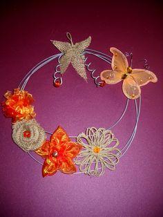 By hand MK. (my own creations) Δια χειρός Μ.Κ. (δίκες μου δημιουργίες).  Το στεφάνη είναι φτιαγμένο από γαλβάνιζε σύρμα και  ύφασμα  λινάτσα- οργαντίνα και σπάγκο με την τεχνική του flower loom
