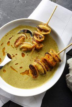Abandonnez un temps les moules-frites pour ces coquillages poêlées au beurre, servis avec un velouté de curry.