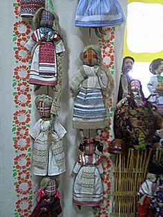 Народная тряпичная кукла-мотанка в саду